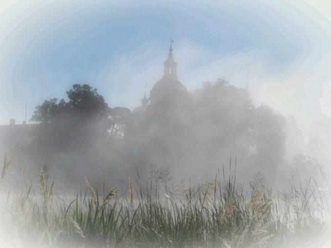 霧の中に浮かび上がるグリップスホルム城
