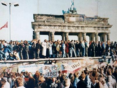 そして10日未明になると建設機械などが運ばれてきて物理的に「ベルリンの壁」は壊されていき、1990年10月3日に東西ドイツは統一を果たします。