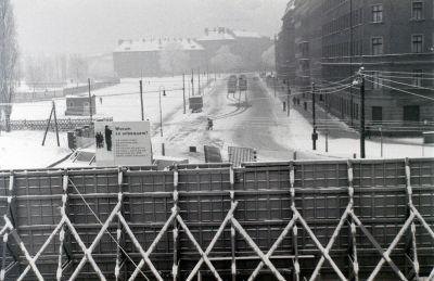 1964年12月27日、ベルナウアー通りの西ベルリン側から東ベルリン側を望む。