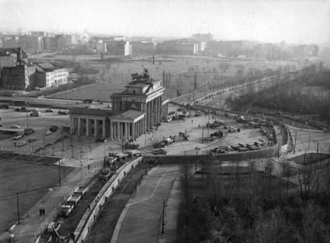 壁の前のブランデンブルク門。左側が東側で右側が西側である。(1961年)
