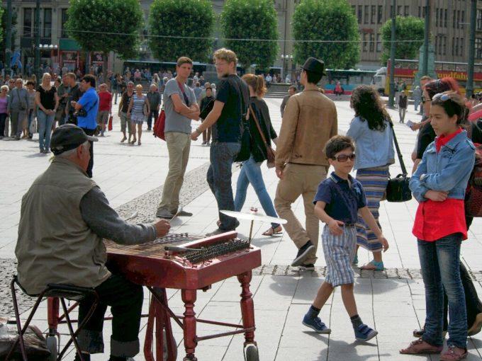 市庁舎前広場で演奏