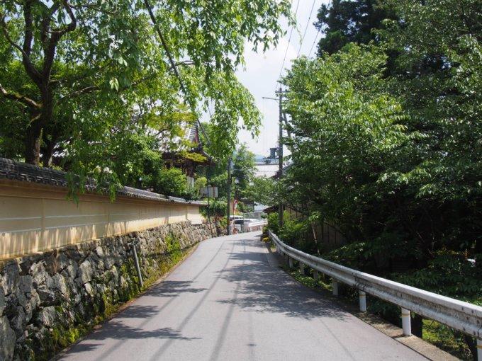 石垣の続く道