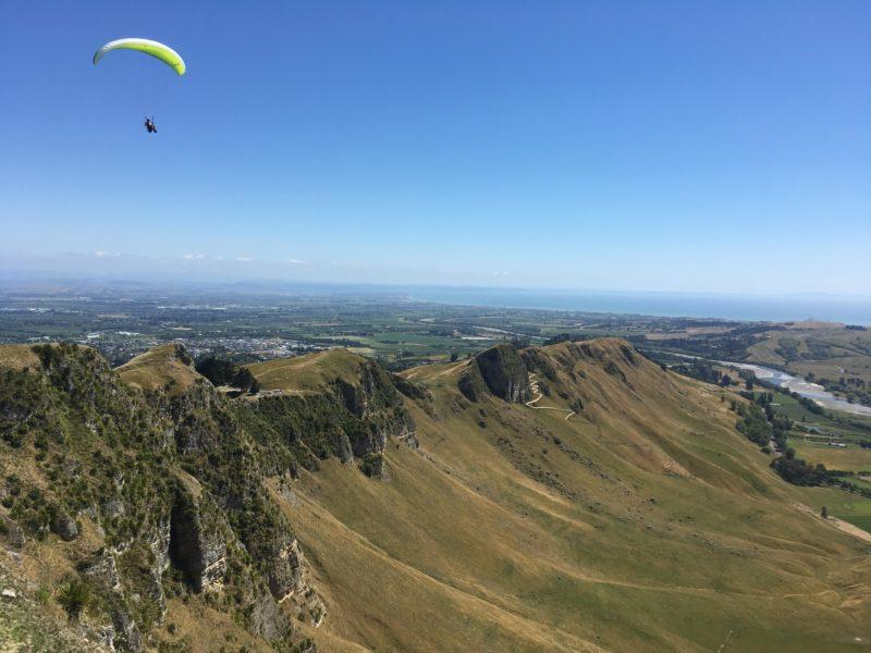 Te Mata Peakを見下ろすパラグライダー