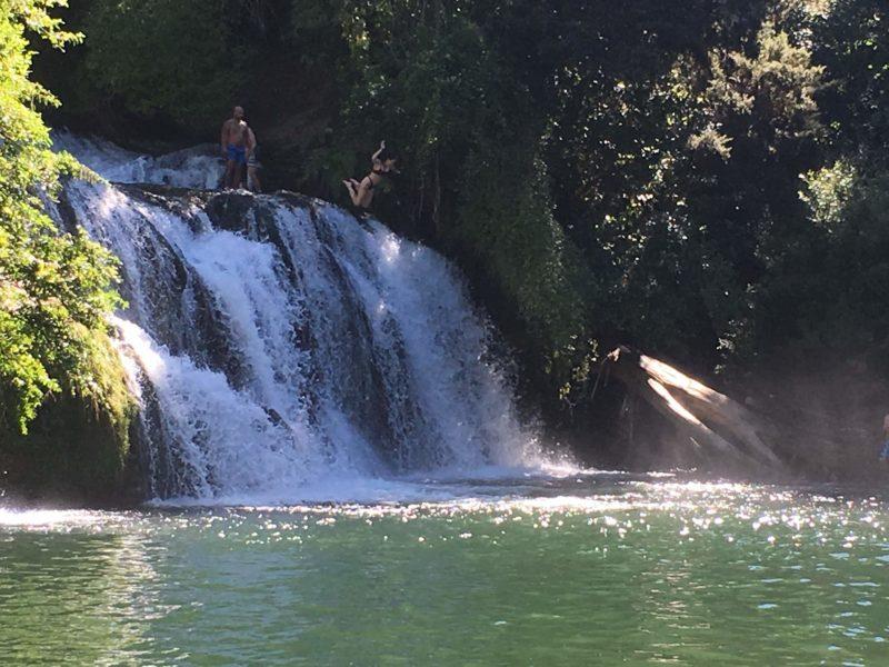 滝の上からジャンプ!